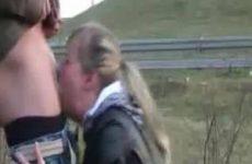 Pijpsletje neemt hem diep in haar mond