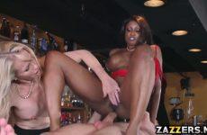 De getinte pijpt en word anal geketst waarna het blondje een beurt krijgt