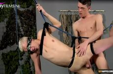 Twinks wippen in suspension bondage