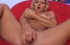 Deze geile milf vingert haar kale kut tot ze een orgasme krijgt