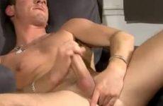 Ondeugende gay knaap masturbeert voor de camera