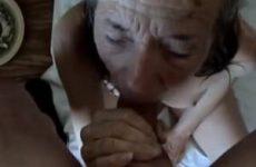 Trekkend aan zijn grote lul spuit hij de sperma op de mond van de oma