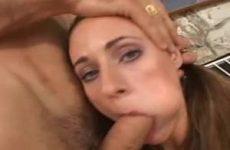 Nadat ze haar kut heeft laten beffen laat ze haar mond neuken