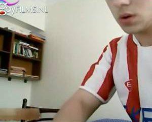 Twee Turkse jongens trekken zich stiekem af voor de webcam