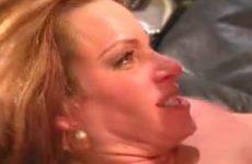 De stijve lul spuit haar mond vol sperma