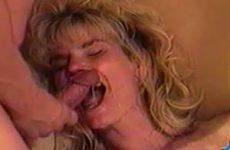 Geile huisvrouw vol in haar gezicht gespoten