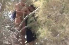 Voyeur filmt stiekem een stout stelletje in de bosjes