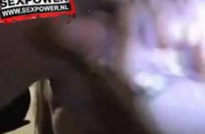 Tijdens het pijpen stopt ze een vinger in zijn anus